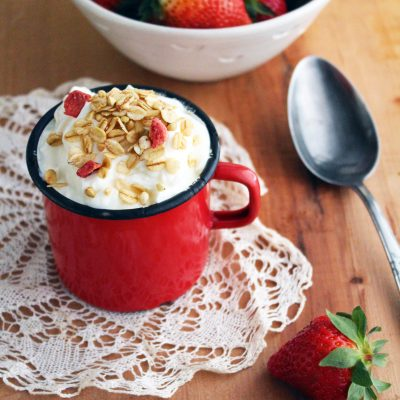 Fruštek granola jagode in bela čokolada z jogurtom