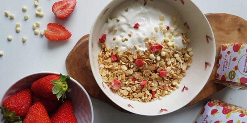 Fruštek granola jagode in bela čokolada